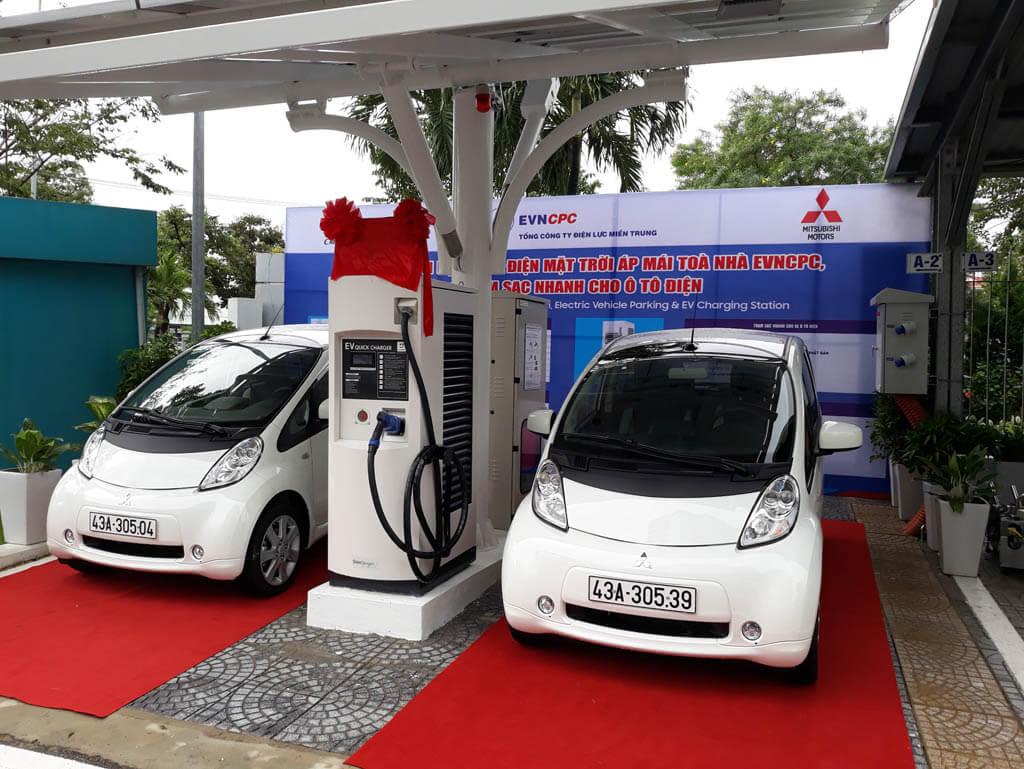 Mitsubishi Motors Việt Nam bàn giao xe điện iMiEV cùng trạm sạc nhanh đầu tiên tại Việt Nam