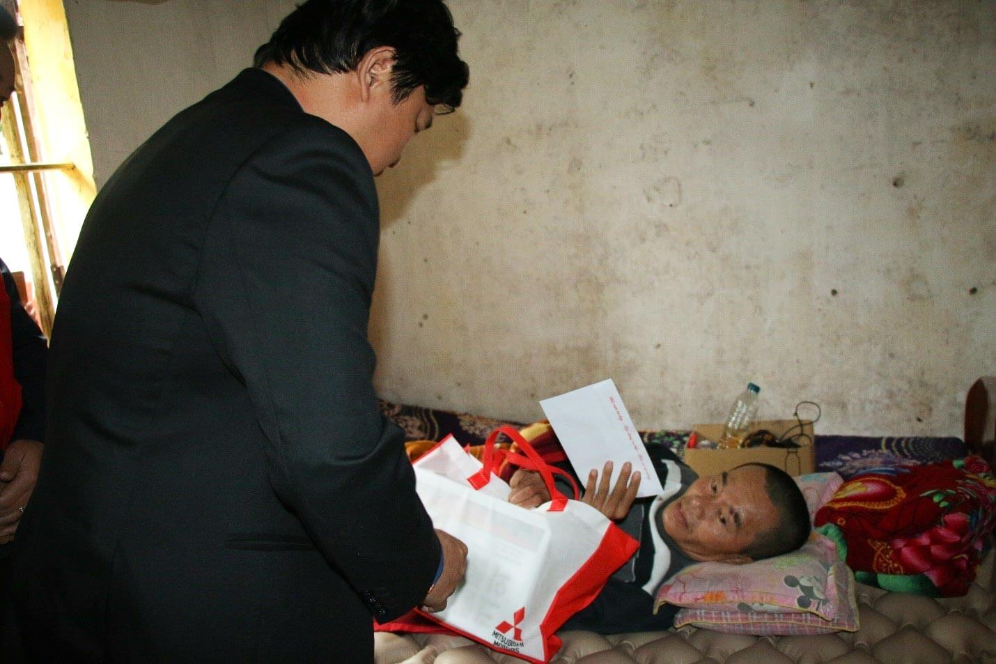 Mr. Nguyen Huy Thang - Deputy General Director presented gifts to Mr. Nguyen Van Than in Ha Tinh province