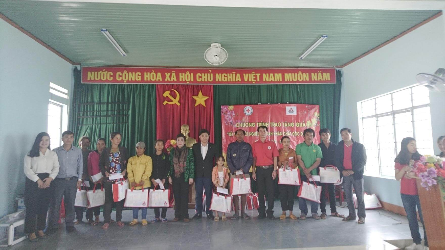 MMV representative and Mitsubishi Dealer gave gifts in Gia Lai province