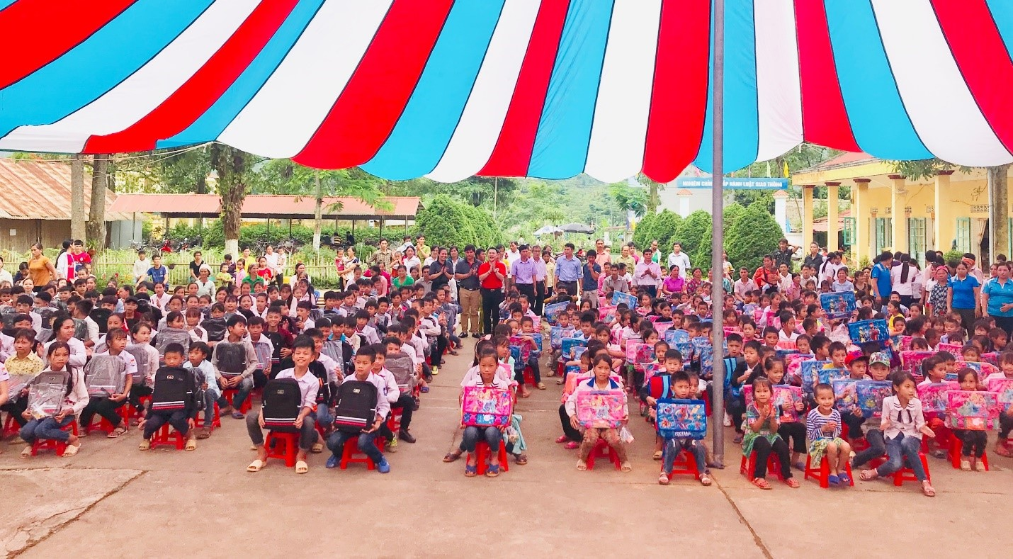 Mitsubishi Motors Vietnam donated gifts to the poor students of schools locating in Tuyen Quang Province