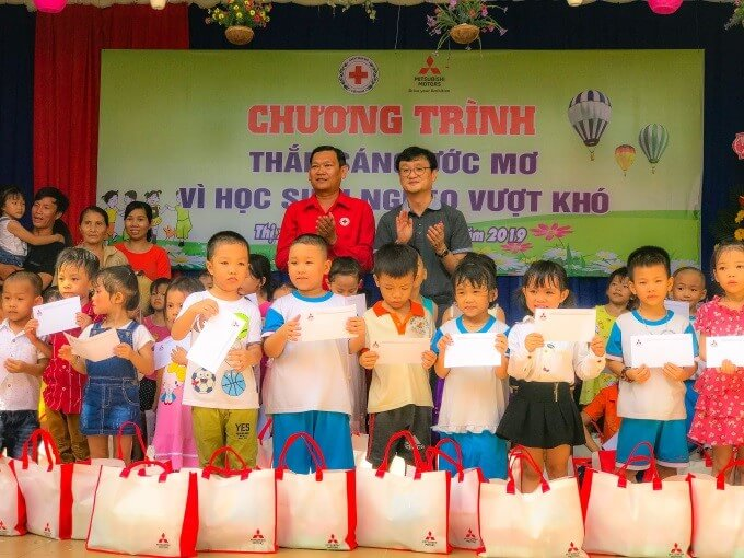 Mitsubishi Motors Vietnam donated gifts to the poor children of schools locating in Di An Town, Binh Duong Province