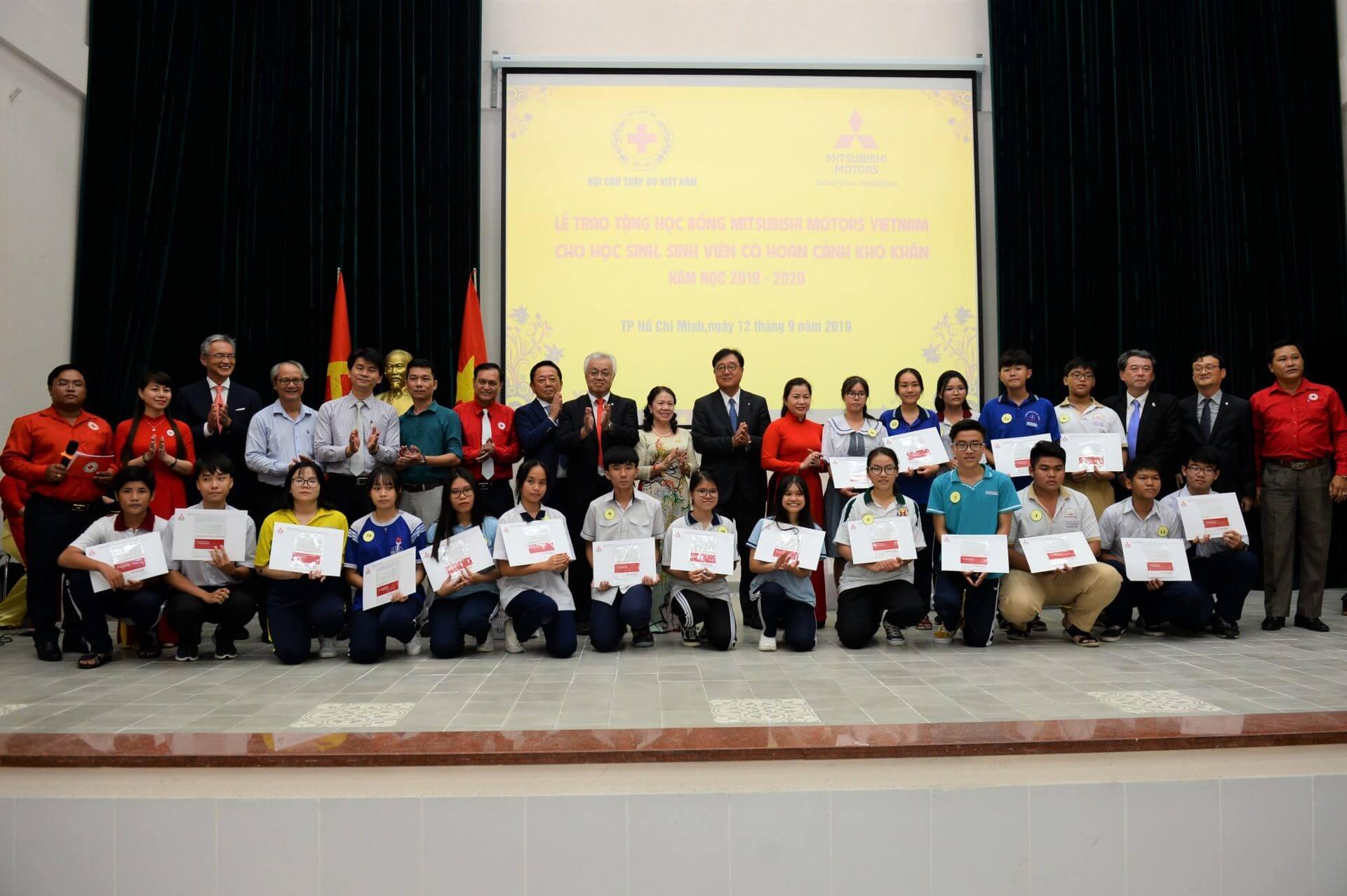 MITSUBISHI MOTORS VIETNAM AWARDS 70 SCHOLARSHIPS TO POOR STUDENTS IN HCMC AND BINH DUONG PROVINCE