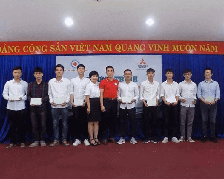 MITSUBISHI MOTORS VIETNAM (MMV) SPONSORED TO DONATE 160 SCHOLARSHIPS TO POOR STUDENTS WHO HAVE BEEN OVERCOMING DIFFICULTIES IN LEARNING IN 2 CITIES NAMELY HA NOI AND DA NANG RESPECTIVELY.